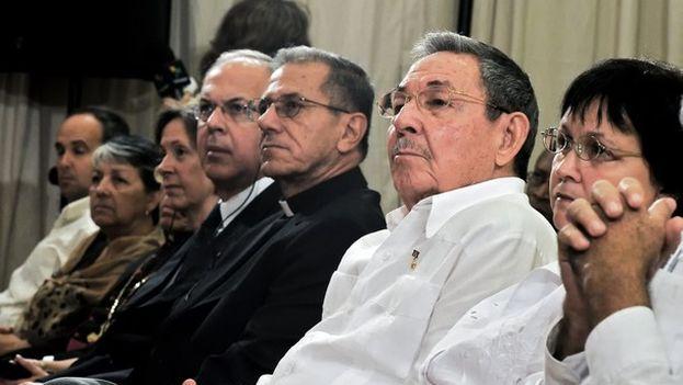 El nuevo arzobispo de La Habana, Juan de la Caridad García Rodríguez, junto al presidente cubano Raúl Castro durante la inauguración de la nueva sede del seminario San Carlos y San Ambrosio de La Habana. (Gaspar el Lugareño)