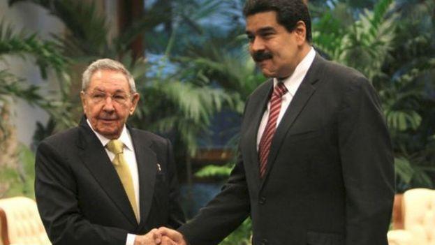 El presidente cubano, Raúl Castro, recibió este viernes en La Habana a su homólogo de Venezuela, Nicolás Maduro (Foto EFE)