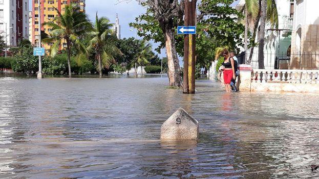 Desde las primeras horas de este viernes comenzaron las inundaciones costeras en el litoral de la capital cubana.