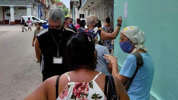 La Habana reportó 325 contagios, 5 menos que la jornada anterior y confirma la tendencia a la ligera disminución de enfermos diarios respecto a los primeros meses del año. (14ymedio)