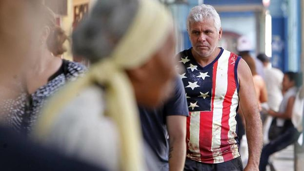 Un hombre camina por las calles de La Habana el 8 de noviembre vestido con la bandera norteamericana. (EFE)