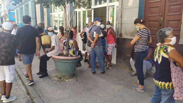 Los residentes están obligados a mostrar su carné de identidad con dirección oficial en La Habana o una tarjeta temporal para poder comprar productos de primera necesidad. (14ymedio)