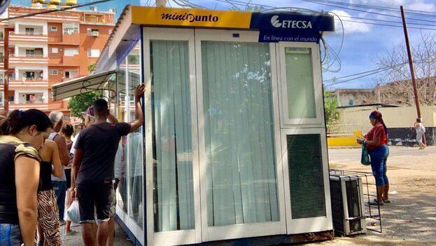 Este viernes se cumplen doce meses desde que el monopolio estatal de telecomunicaciones, Etecsa, habilitó por primera vez el servicio de navegación web desde los móviles cubanos. (14ymedio)