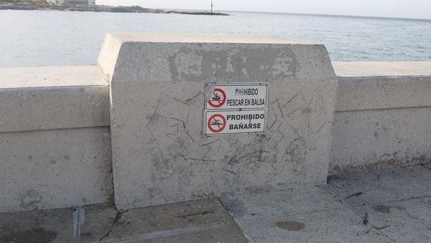 Hace años que ha quedado prohibido bañarse en el Malecón. Abundan los carteles y las campañas publicitarias, pero la playa está lejos y el transporte difícil…