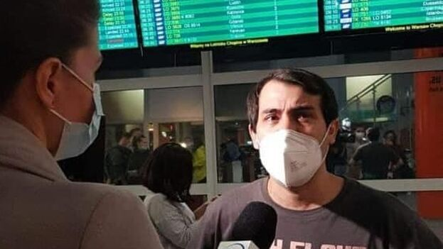 Hamlet Lavastida ofrece una entrevista a la televisión polaca poco después de aterrizar en el aeropuerto de Varsovia. (Cortesía)