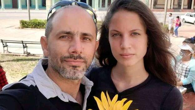 En la imagen el periodista Henry Constantín Ferreiro (i) y la diseñadora Neife Rigau (d). (La Hora de Cuba)