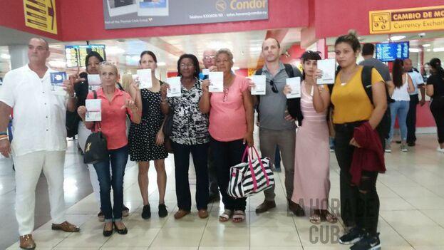 El reportero Henry Constantin, tercero de derecha a izquierda, fue uno de los que no pudo viajar este jueves a Estados Unidos.  (Inalkis Rodrígues / La Hora de Cuba)
