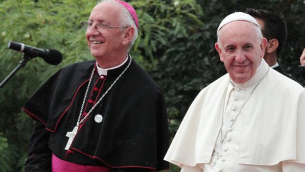 El obispo de Holguín, Emilio Aranguren y el papa Francisco. (Holguín Católico).