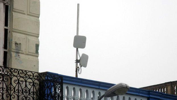 Las antena wifi en Holguín están colocadas en la fachada de la Empresa de Telecomunicaciones. (Fernando Donate/14ymedio)