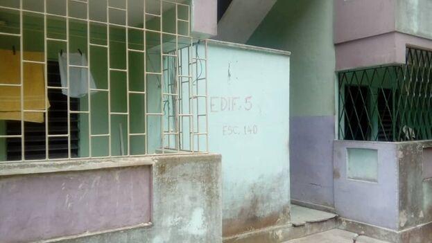 Los residentes del edificio 5 de la calle Holguín, entre Lourdes y Alegría (Víbora Park), en el municipio habanero de Arroyo Naranjo, siguen impactados. (14ymedio)