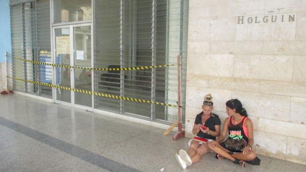 La fachada de la biblioteca de Holguín, a la que han tenido que colocar unas cintas para impedir que los internautas se acerquen, ante la rotura de varias persianas. (Fernando Donate Ochoa)