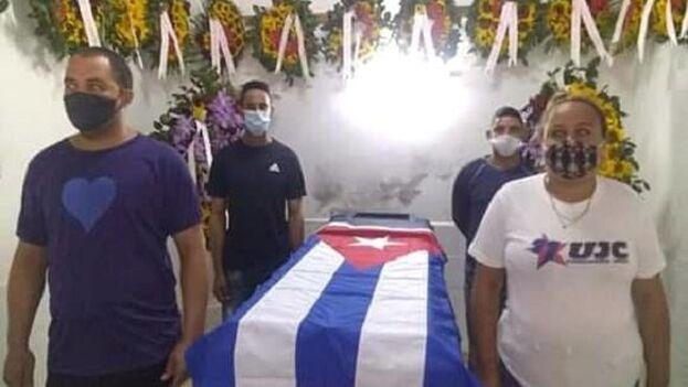 Homenaje a uno de los fallecidos en el accidente de Mayabeque. (Granma)