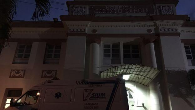 A las afueras del Hospital Calixto García las primeras horas de la tarde fueron un torbellino de ambulancias y familiares, pero en la noche la imagen era mucho más calmada.