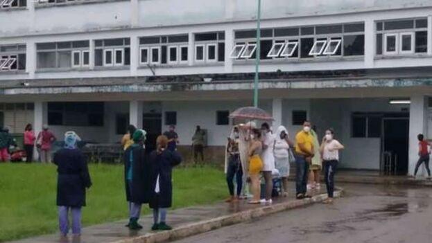 Hospital Comandante Pinares de San Cristóbal, Artemisa, luego de ser evacuado por el sismo de 5,1 con epicentro en la misma provincia. (14ymedio)