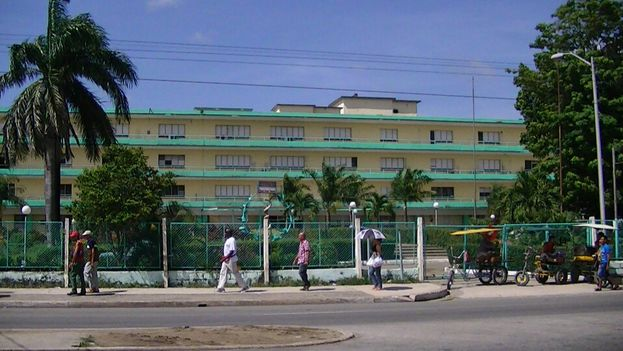 Hospital Provincial de Camagüey, donde se encuentran los lesionados adultos en el accidente del sábado. (14ymedio/Sol García Basulto)