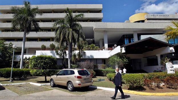 """Hotel Meliá Habana, uno de los seis establecimientos que ofrecen en la capital los """"paquetes de confinamiento"""". (EFE/Ernesto Mastrascusa)"""