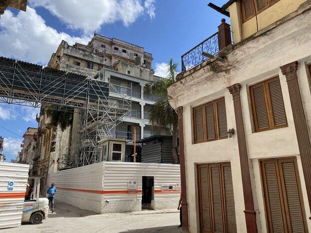 Hotel en construcción en La Habana Vieja. (14ymedio)