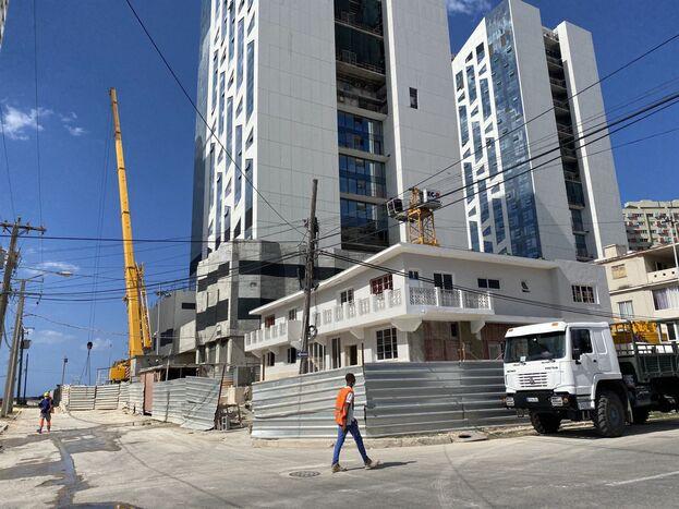 Hotel en construcción en la esquina de 1ª y D, en El Vedado de La Habana (14ymedio)