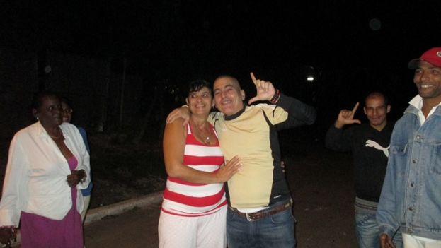 Hugo Damián Prieto junto a su esposa, a pocas horas de ser liberado. (Ángel Moya)