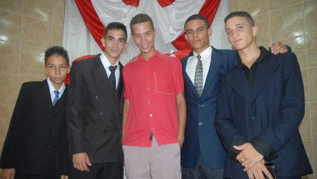 Osmani Hidalgo Leyva, segundo desde la izquierda, junto a un grupo de adolescentes en la II Iglesia Bautista de Las Tunas. (Cortesía de Ronelx Aguilar)
