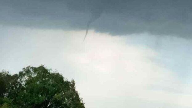 Imagen del pequeño tornado registrado en Sancti Spíritus este miércoles. (Cortesía)