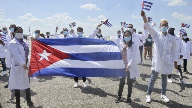 Imagen de los sanitarios que regresaron este lunes a La Habana desde México. (Granma)