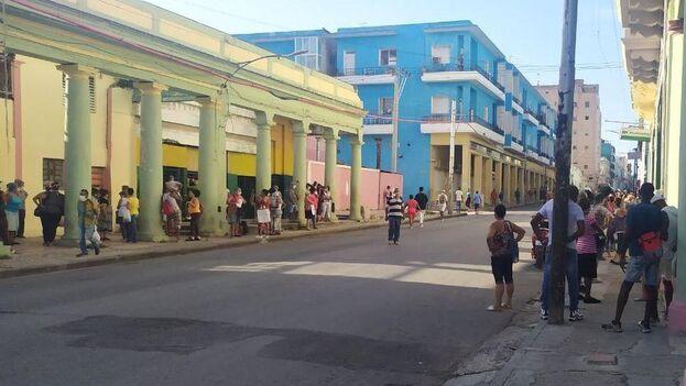 En la céntrica calle Infanta las filas para extraer dinero se mezclaban con las de quienes esperaban por comprar aceite vegetal, pollo congelado y detergente para lavar. (14ymedio)