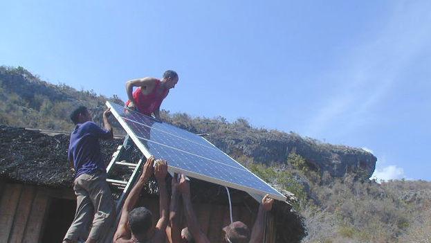 Instalación de paneles solares (wikimedia.org)