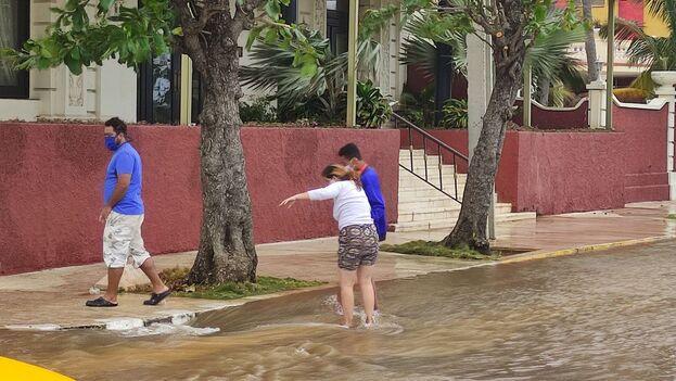 """El Instituto de Meteorología anunció para este viernes """"fuertes marejadas en el litoral norte occidental con ligeras inundaciones costeras en zonas bajas. (14ymedio)"""