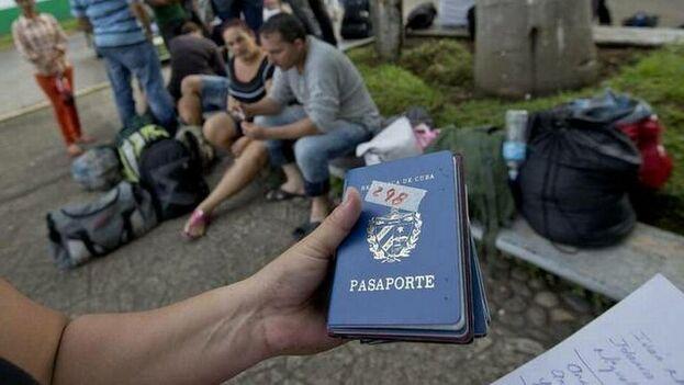 Un cubano migrante con pasaportes para entregar en el Instituto Nacional de Migración después de cruzar el Río Suchiate entre Guatemala de México. (Patrick Farrell/Archivo Miami Herald)