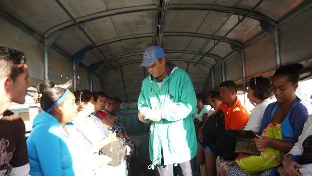 Interior de un camión readaptado para el transporte de pasajeros que circula por Santiago de Cuba. (14ymedio)
