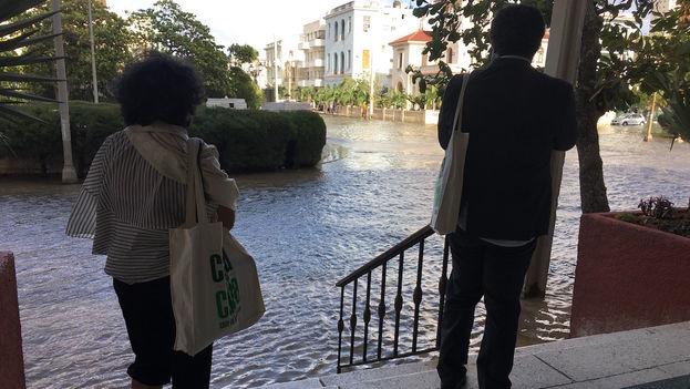 """""""Yo me quedo aquí hasta que baje, porque me da miedo salir así"""", dice una persona de la tercera edad que había llegado esta tarde al hotel Presidente"""