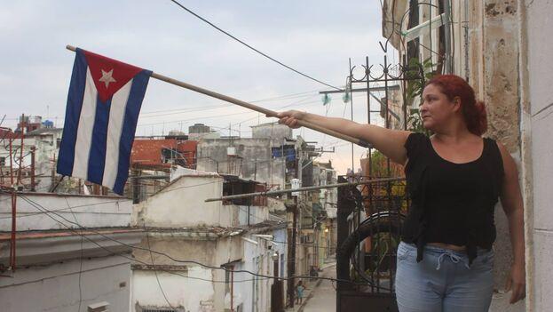 La actriz Iris Ruiz sostiene la bandera cubana en su participación del la acción artística '¿Qué la patria os contempla orgullosa?'. (Movimiento de San Isidro)