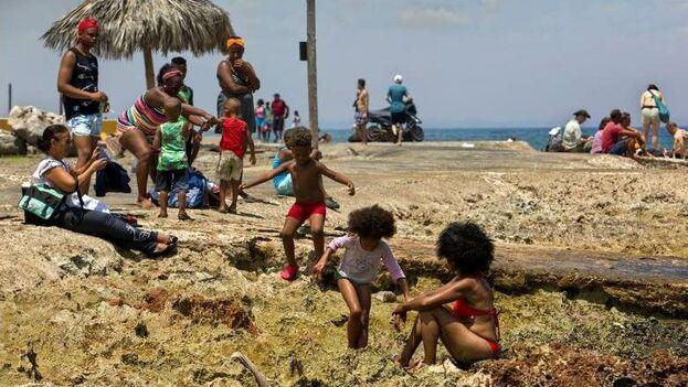En la Isla es cada vez más frecuente ver a las mujeres negras llevar su pelo al natural. (EFE)