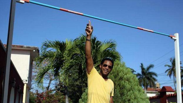 Javier Sotomayor, dueño del récord mundial de altura en pista cubierta con un salto de 2.43, posa para una fotografía el 3 de marzo de 2014, en su casa en La Habana. (EFE)