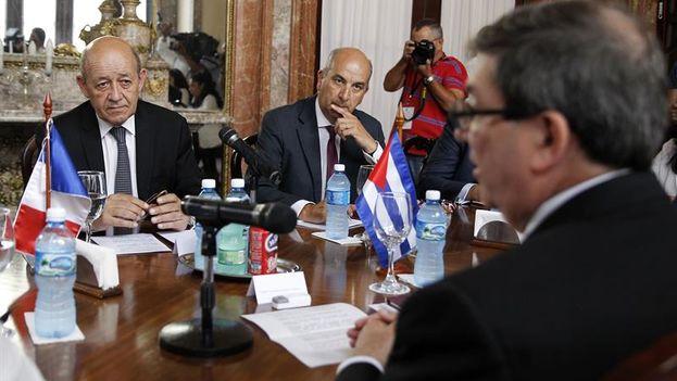 El canciller francés Jean-Yves Le Drian, que inició este sábado una estancia de dos días en La Habana, abrió su agenda con una reunión con el ministro de exteriores cubano, Bruno Rodríguez. (EFE)