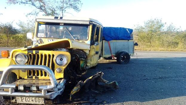 Jeep particular que, en el momento del accidente, estaba lleno de pasajeros. (Radio Majaguabo)