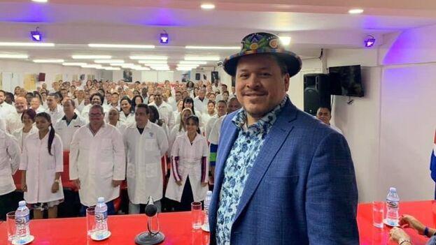 Jerry Daniels en La Habana con médicos que se preparan para salir al extranjero.