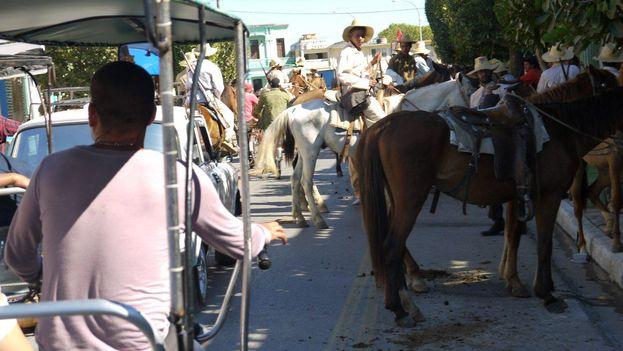 Jinetes a caballo y destarlados coches de mediados del siglo XX pueblan estos dias las calles de Camagúüey durante el rodaje de una película de Ignacio Agramonte. (14ymedio)