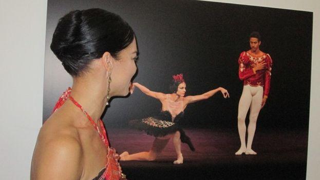 Una mujer aprecia la exposición fotográfica de John Rowe en el Gran Teatro de La Habana. (14ymedio)