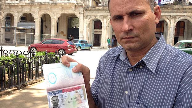 José Daniel Ferrer con la visa para EE UU. (14ymedio)