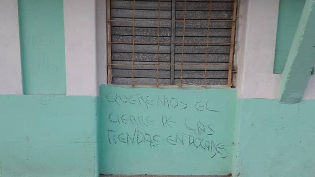 Las pintadas fueron hechas durante la noche por desconocidos en las fachadas de tres casas de la calle José Luis Robau, esquina con Paseo de Gómez. (14ymedio)