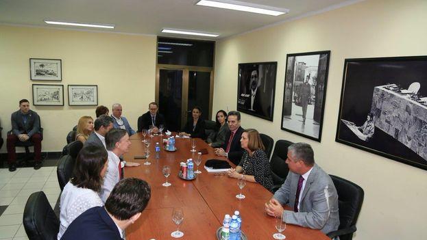 Josefina Vidal y John Hickenlooper reunidos en La Habana. (@JosefinaVidalF)