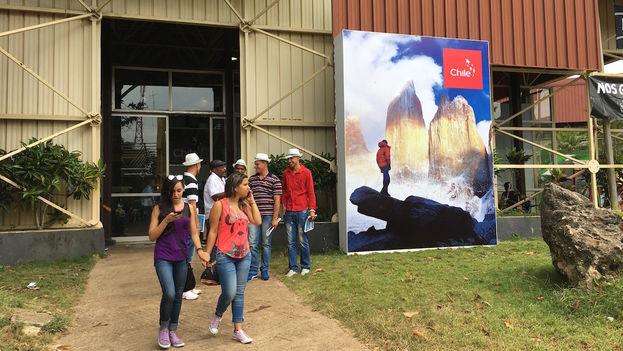 Jóvenes cubanos se paseando por las instalaciones de la Feria Internacional de la Habana. (14ymedio)