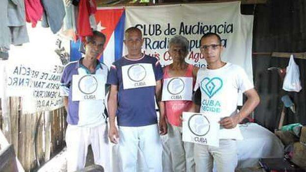 Juannier Rodríguez (a la derecha) en casa de un activista en Baracoa con otros miembros de un club de audiencia de Radio República, Voz del Directorio Democrático. (Foto del autor)