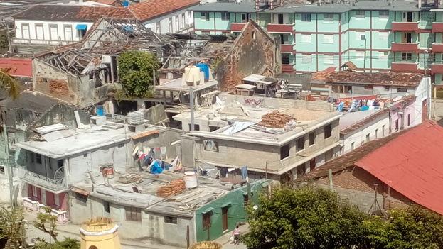 Junto a los daños causados en el litoral por la intensas olas y las inundaciones, los techos sufrieron la embestida de los vientos, especialmente aquellos de tejas o hechos con materiales ligeros.
