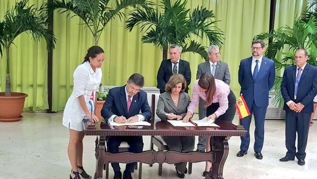 Los ministros de Justicia de España y Cuba, Rafael Catalá y Mª Esther Reus, firman un memorando de entendimiento para reforzar la cooperación jurídica. (@RafaCatalaPolo)