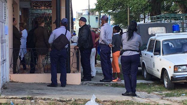 Un fuerte registro policial acompañado de la detención de Karina Gálvez marcó esta jornada en Pinar del Río. (Convivencia)