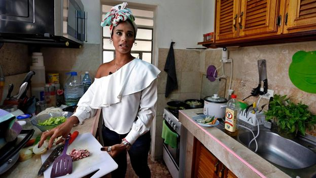 Katty Fresneda, la hermana gemela de la finalista cubana de MasterChef, prepara una ensalada en su hogar. (EFE)