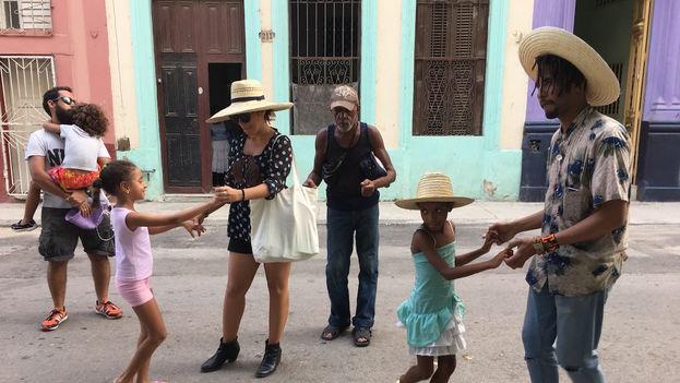 Algunos niños y vecinos del barrio reconocen a Casamayor y se detienen cerca del altavoz para bailar. (14ymedio)
